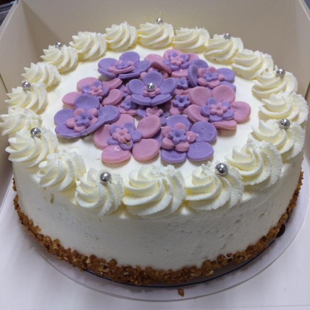 slagroomtaart-met-paars-roze-bloemen
